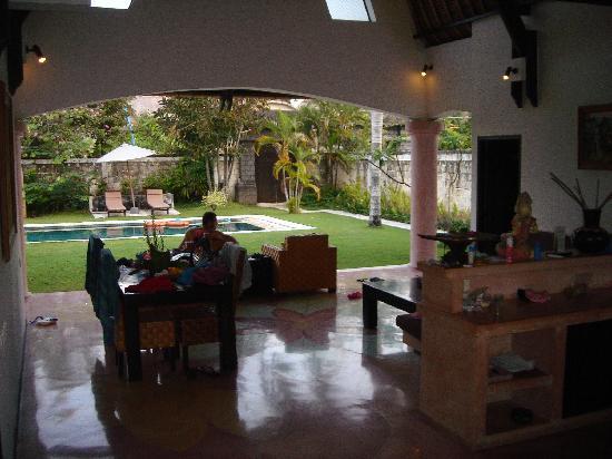 โรงแรมวิลล่า เซมินยัก เอสเตท แอนด์ สปา: Open kitchen/ living area