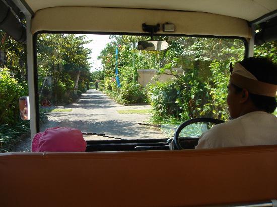 โรงแรมวิลล่า เซมินยัก เอสเตท แอนด์ สปา: Villa shuttle service & our friend Diana