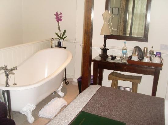 Leighton Townhouse: The bath that wa sin our room!