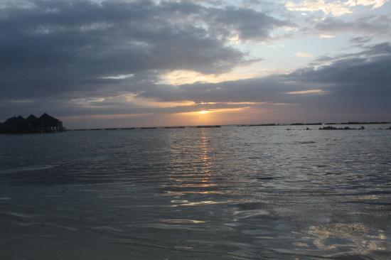 คุรีดุ ไอแลนด์ รีสอร์ท แอนด์ สปา: Lovely Sunsets
