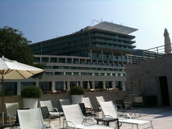 Sun Gardens Dubrovnik: L'hôtel vu d'une des piscines