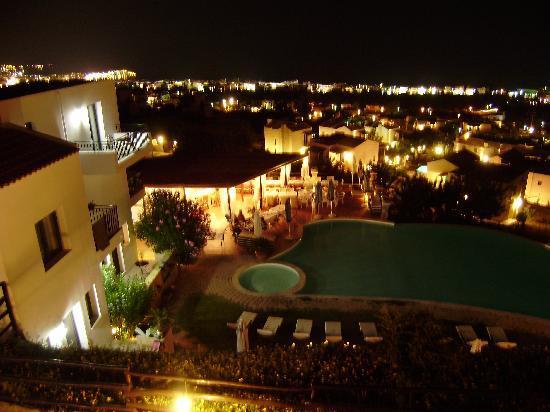 Creta Blue Suites: Vue sur le bar et la piscine