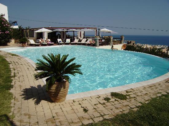 Creta Blue Suites: La piscine et le bar restaurant