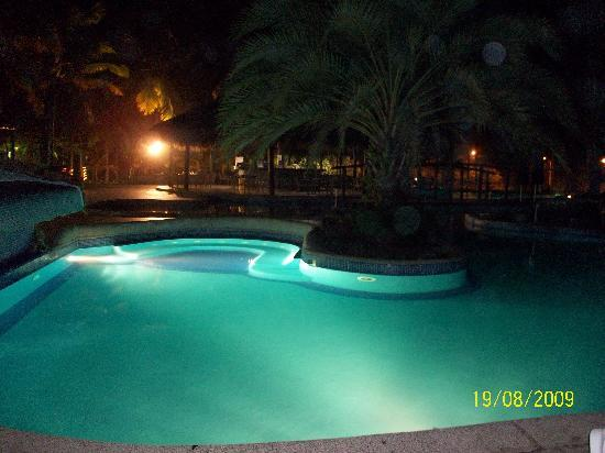 Isla Caribe Beach Hotel: piscina nocturna