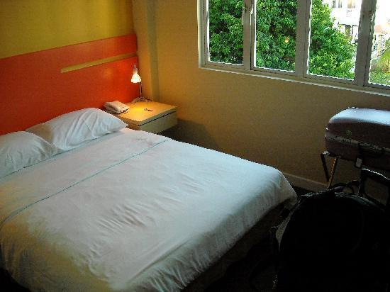 แฮงค์เอ้าท์@มิทอีมิลี่: Double bed in room