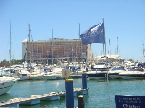ทิวลี่ มารีน่า วิล่ามัวร่า โฮเต็ล: Hotel from other side of marina