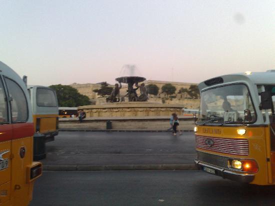 โรงแรมคอรินเทียพาเลซ & สปา: Fountain at Bus Dept in Valletta