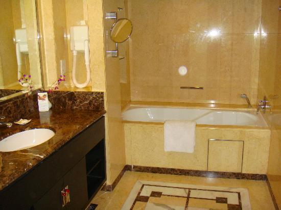 โรงแรมแมนดาริน ออร์ชาร์ด: Bathroom