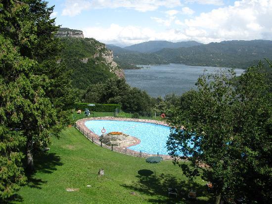 Parador de Vic-Sau: View from Parador across pool and reservoir
