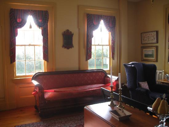 Halcyon Place Bed and Breakfast: Guest Parlor