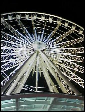 Falls Manor Resort and Restaurant: Ferris wheel by night