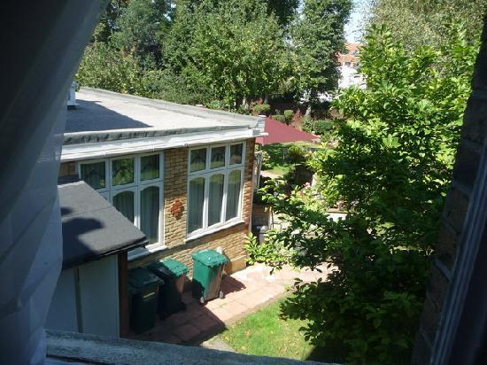 เกลนลินเกสเฮาส์: View out the window toward the breakfast room