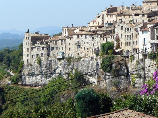 Mas des Kardouons: une vue du village