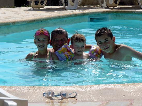 Mas des Kardouons: ma famille dans la piscine de nos hôtes