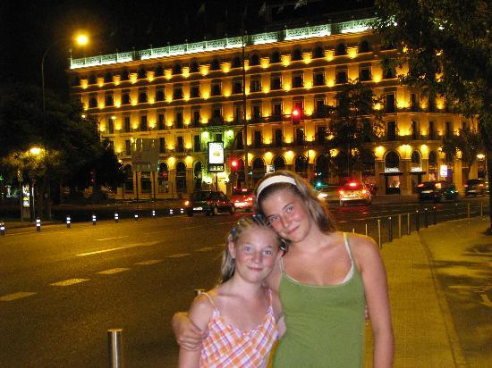 Exe Sevilla Macarena: hotel at night