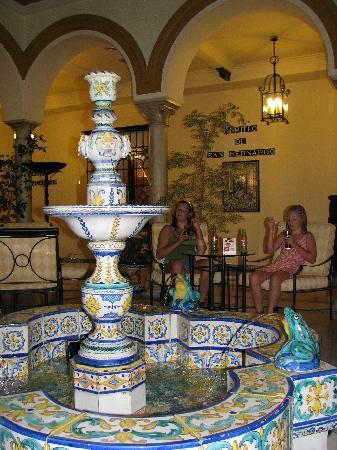 Exe Sevilla Macarena: bar area