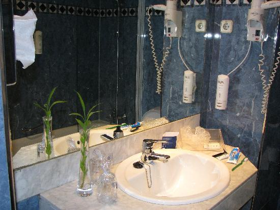 Hotel Sevilla Macarena: bathroom