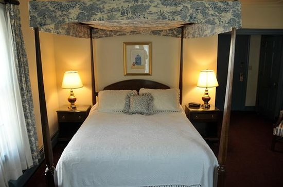 The Inn at Montpelier: Room 22 Bed