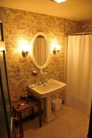 The Inn at Montpelier: Room 22 Bath