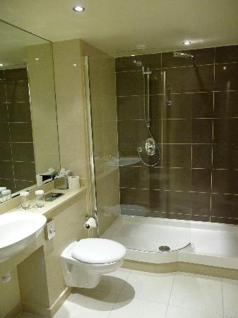 Macdonald Manchester Hotel & Spa: MacDonald Manchester 5th floor standard room bathroom