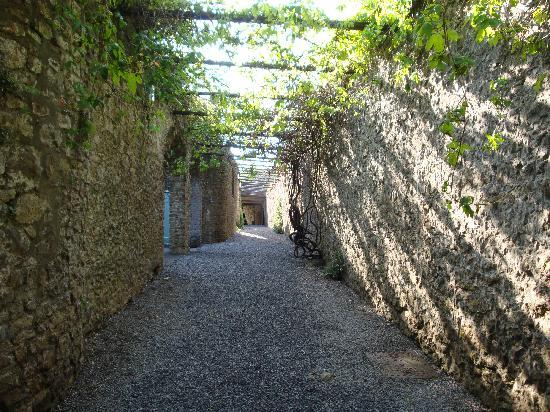 Banwell Castle: Walkway from the gatehouse to the garden