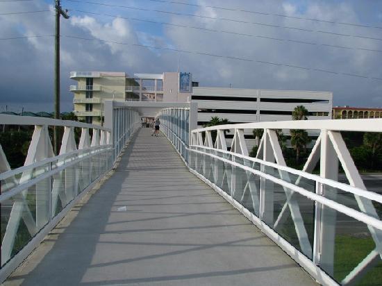 Destin West Beach and Bay Resort: bridge from bay side to gulf side
