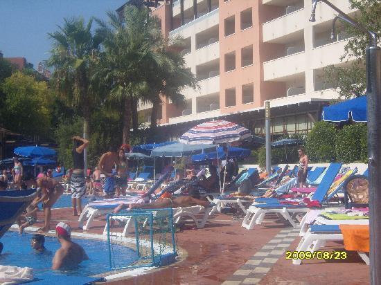 H10 Salauris Palace: pool/sunbed area