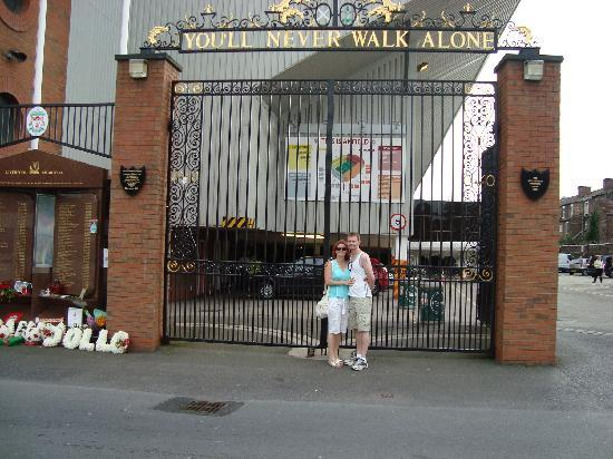 ลิเวอร์พูล, UK: Outside the Shankly gates at Anfield