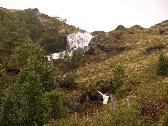 เคนแมร์, ไอร์แลนด์: Waterfall on the Kilgarvan-Kealkill road