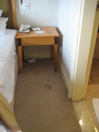 โรงแรมเดอะรอแยล บินตัง: Dirty carpet - between bed and bathroom