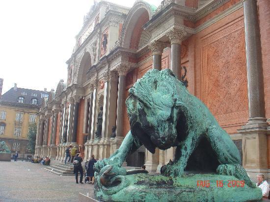 พิพิธภัณฑ์นี คาลส์เบิร์ก กริปโตเทค: Entrance to the Glyptotek