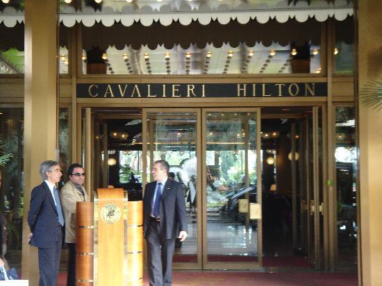 โรงแรมโรมคาวาเลียริวัลดอร์ฟแอสโทเรียแอนด์รีสอร์ท: The enterance