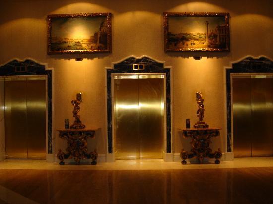 โรงแรมโรมคาวาเลียริวัลดอร์ฟแอสโทเรียแอนด์รีสอร์ท: Elevators