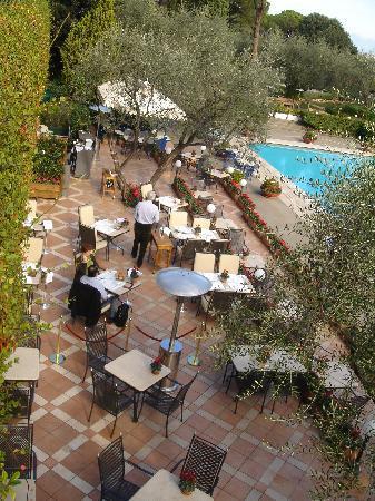 โรงแรมโรมคาวาเลียริวัลดอร์ฟแอสโทเรียแอนด์รีสอร์ท: Outside bar