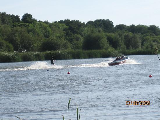 The Wiremill Lakeside Pub & Inn: Waterskiing on he Lake