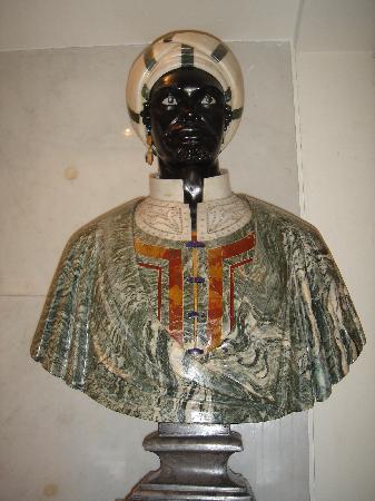 โรงแรมโรมคาวาเลียริวัลดอร์ฟแอสโทเรียแอนด์รีสอร์ท: Beatutiful statues