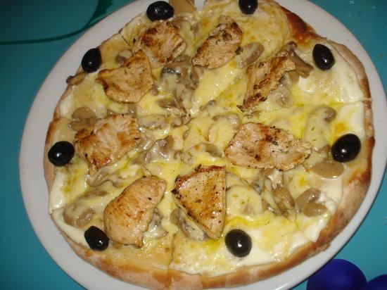 Pizza Mango Pulp: Pizza Bianca (Crème Fraîche, Escalope de dinde, Fromage, Olives)