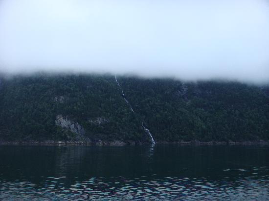 ฟยอร์ดตะวันตก, นอร์เวย์: Low clouds along the Sunnlyvsfjord