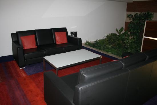 ฮิลตัน ปราก โฮเต็ล: Seats in the lower lobby