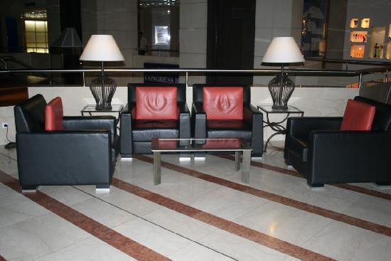 ฮิลตัน ปราก โฮเต็ล: Seats in the lobby