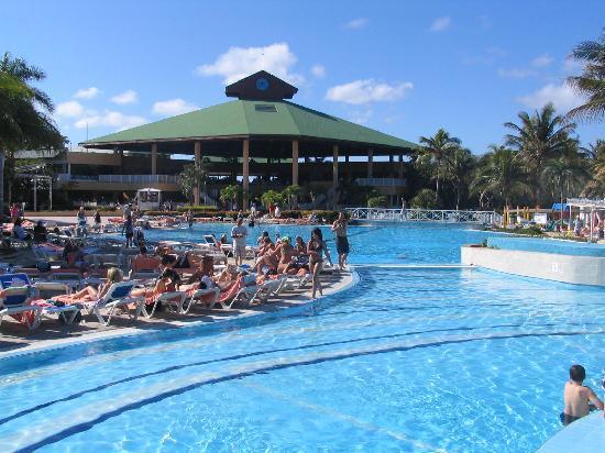 TRYP Cayo Coco: piscine et vue du lobby