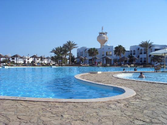 Coral Beach Resort Montazah: piscina