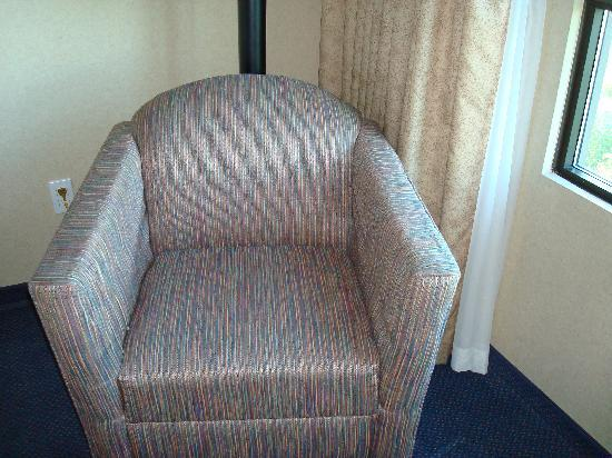 Four Points by Sheraton Vancouver Airport: Tired and worn out furniture with frayed fabric. Room 606.