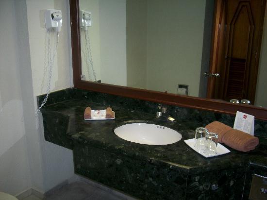 Hotel Riu Caribe: Bathroom