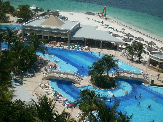 Hotel Riu Caribe: Pool Area