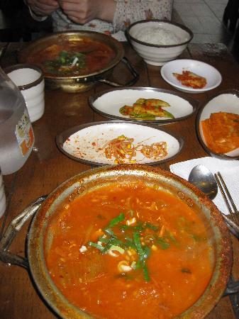 Nembi Kunsong: 使いこまれた鍋に入ってくる豚キムチチゲ!うまい!