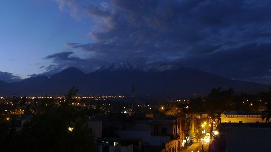 Hostal La Reyna: The view of the mountains from the rooftop.