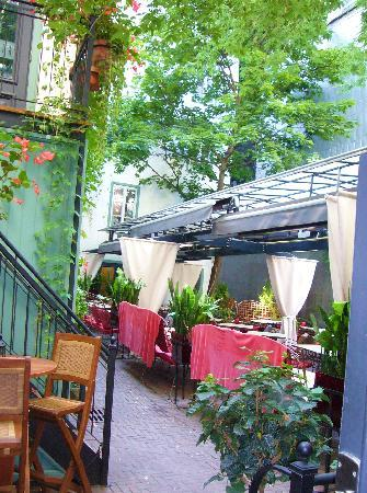 Hotel Le Priori: Toast Courtyard
