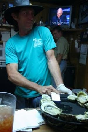 Hunt's Oyster Bar & Seafood Restaurant: Sit at the bar and have oysters shucked in front of you!