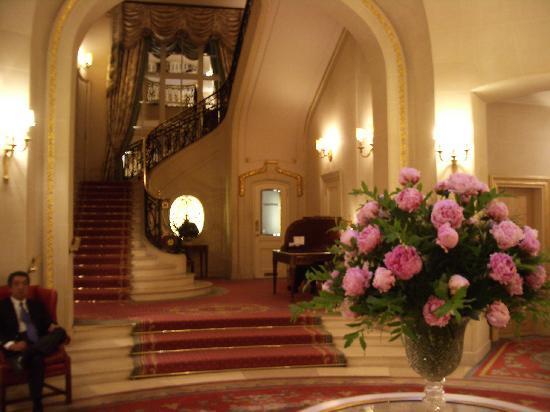 เดอะริทซ์ ลอนดอน: Stairwell leading up from the lobby